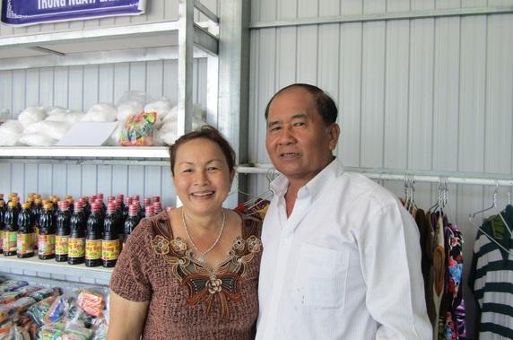 """Ông Dương Ngọc Thạch - bà Phan Thị Bích Hợp trong """"ngôi nhà 0 đồng"""" của gia đình - Ảnh: T.T.L."""